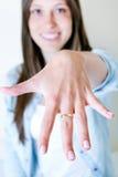 Mulher que mostra seu anel de noivado na câmera Imagens de Stock