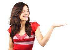 Mulher que mostra seu produto Imagem de Stock Royalty Free