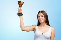 Mulher que mostra seu troféu grande foto de stock royalty free