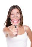 Mulher que mostra a sorriso perfeito os dentes brancos dentais fotografia de stock royalty free