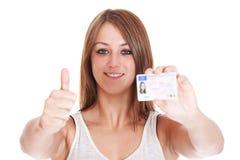 Mulher que mostra sua licença de motoristas imagens de stock royalty free