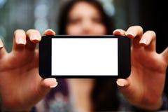 Mulher que mostra a tela do smartphone Fotos de Stock Royalty Free
