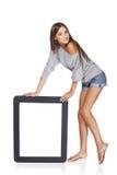 Mulher que mostra a tela vazia vazia com espaço da cópia Fotos de Stock Royalty Free