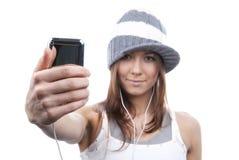 Mulher que mostra a toque novo o telefone de pilha móvel Imagens de Stock Royalty Free