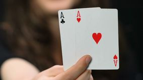Mulher que mostra um par de ás na câmera, combinação de vencimento, jogo de pôquer video estoque