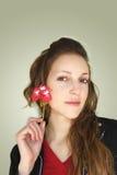 Mulher que mostra uma flor Imagens de Stock Royalty Free