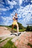 Mulher que movimenta-se acima das etapas Imagens de Stock Royalty Free