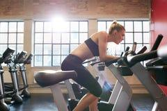 Mulher que movimenta-se na escada rolante Foto de Stock Royalty Free