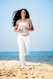 Mulher que movimenta-se na praia. Fotos de Stock Royalty Free