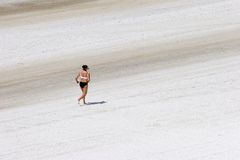 Mulher que movimenta-se na praia foto de stock royalty free