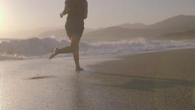Mulher que movimenta-se na praia filme