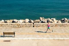 Mulher que movimenta-se na rua da cidade no beira-mar Imagem de Stock Royalty Free