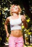 Mulher que movimenta-se no parque - corrida da manhã Imagens de Stock Royalty Free