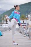 Mulher que movimenta-se no porto Fotografia de Stock