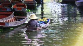 Mulher que navega o barco de madeira doméstico no canal do saduak do dumneon a maioria de destino de viagem popular no ratchaburi video estoque