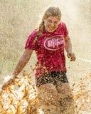 Mulher que obtém espirrada pelas minas da lama Imagens de Stock