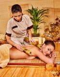 Mulher que obtém a massagem de bambu fotos de stock