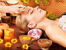 Mulher que obtém a massagem facial. fotografia de stock