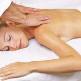 Mulher que obtém a massagem tailandesa em termas do dia Foto de Stock Royalty Free