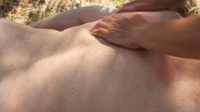 Mulher que obtém a massagem traseira vídeos de arquivo