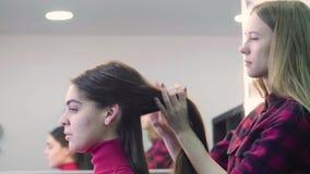 Mulher que obtém o cabeleireiro no cabeleireiro filme