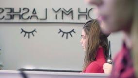 Mulher que obtém o cabeleireiro no cabeleireiro video estoque