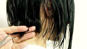 Mulher que obtém o corte de cabelo curto filme