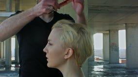 Mulher que obtém o corte de cabelo novo pelo cabeleireiro vídeos de arquivo