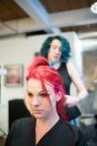 Mulher que obtém o vermelho tingido cabelo fotografia de stock royalty free