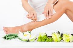 Mulher que obtém os pés encerados Imagem de Stock