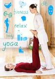 Mulher que obtém tailandesa esticando a massagem Fotos de Stock Royalty Free