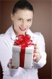 Mulher que oferece um presente Fotos de Stock Royalty Free