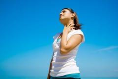 Mulher que olha acima de pensamento Imagem de Stock Royalty Free