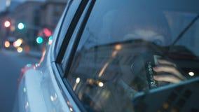 Mulher que olha através de uma janela e de um café bebendo filme