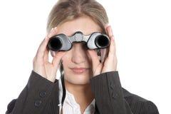 Mulher que olha através dos binóculos Fotos de Stock Royalty Free