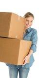 Mulher que olha ausente ao levar caixas de cartão empilhadas foto de stock royalty free