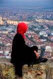 Mulher que olha a cidade no castelo de Afyonkarahisar em Turquia Imagem de Stock Royalty Free