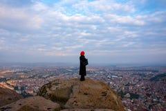 Mulher que olha a cidade no castelo de Afyonkarahisar em Turquia Foto de Stock Royalty Free