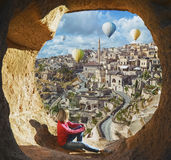 Mulher que olha como balões de ar quente coloridos imagem de stock royalty free