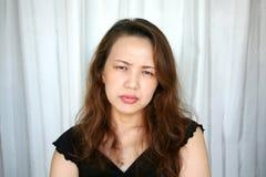 Mulher que olha de sobrancelhas franzidas Fotografia de Stock