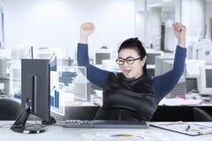 Mulher que olha a estatística financeira na tela Foto de Stock Royalty Free