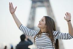 Mulher que olha excitada com seus braços aumentados Fotografia de Stock