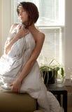 Mulher que olha fixamente para fora janela Imagem de Stock Royalty Free