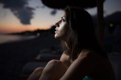 Mulher que olha horizonte do oceano, mar com uma lua no céu Eclipse da lua Eclipse do sol Imagens de Stock Royalty Free