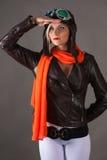 Mulher que olha na distância no capacete do aviador Fotografia de Stock