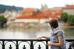 Mulher que olha o castelo de Praga em Praga Fotografia de Stock