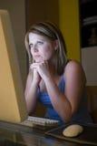 Mulher que olha o ecrã de computador Fotografia de Stock Royalty Free
