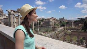 Mulher que olha o fórum Romanum Turista fêmea que aprecia férias perto do fórum romano no centro de Roma filme