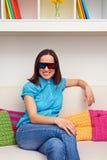 Mulher que olha o filme 3d e o descanso Foto de Stock Royalty Free