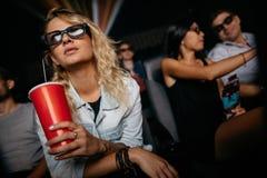 Mulher que olha o filme 3D no teatro Foto de Stock